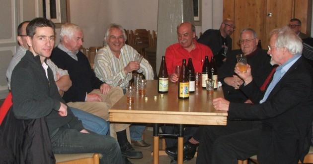 Jörg Stier (4. von links) gesellt sich zu seinen Zuhörern